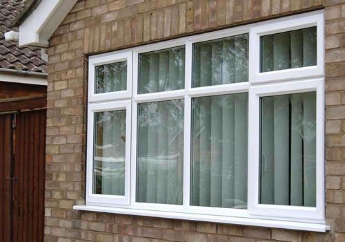 Janela de madeira branca alum nio e moderna construdeia - Molduras para ventanas exteriores casas ...