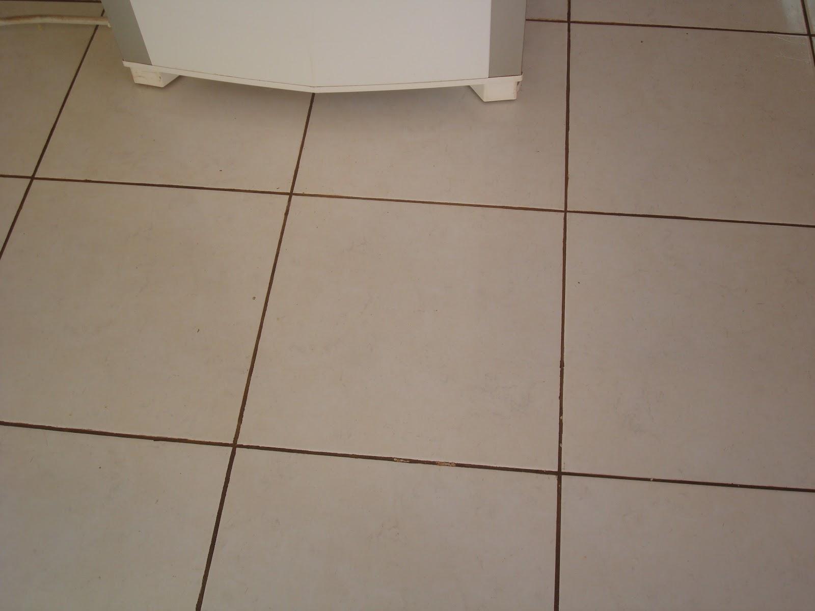 Piso com Rejunte Preto Argamassa e Acabamento Construdeia #473326 1600x1200 Banheiro Com Revestimento Branco E Piso Bege