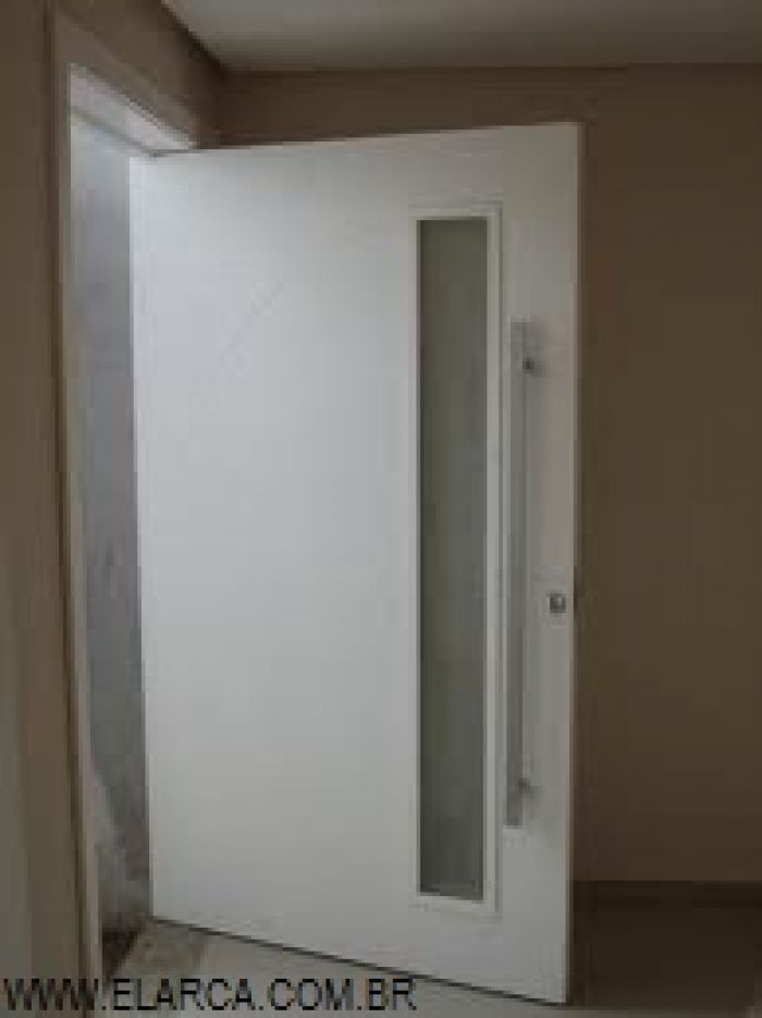 Porta pivotantes branca madeira e alum nio construdeia for Puerta corrediza externa