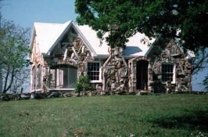 Casa Feita com Madeira Petrificada