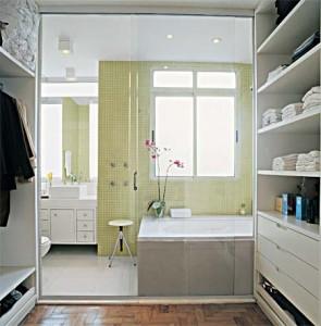 Banheiro com Banheira e Closet
