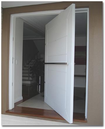 Porta pivotantes branca madeira e alum nio for Portas de apartamentos modernas