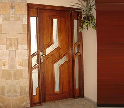 Portas para frente de casas de madeira