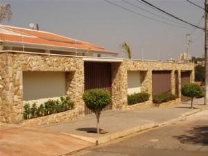 Muro de Casas com Pedras Decorativas